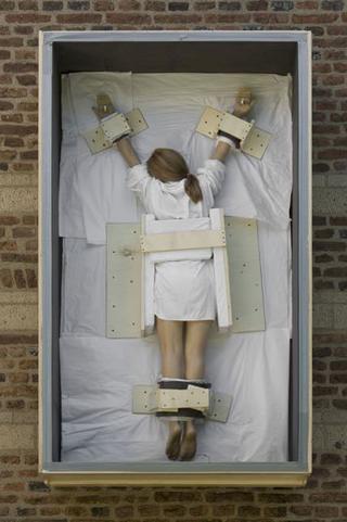 Maurizio Cattelan, Senza titolo,2007 235,6 x 137,2 x 47 cm dettaglio dell'installazione: Maurizio Cattelan, Kunstproject Synagoge Dtommeln, Pullheim-Stommeln