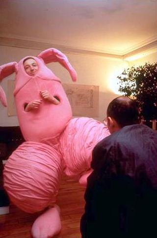 Maurizio Cattelan, Errotin, le vrai lapin, 1995 Foam rubber costume Ma Galerie, Paris Foto di Forneaux