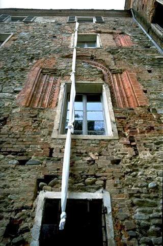 Maurizio Cattelan, Una domenica a Rivara, 1992 (A Sunday in Rivara) Knotted sheets 12 m - Una domenica a Rivara , Castello di Rivara, Rivara (TO) Foto di Studio Blu