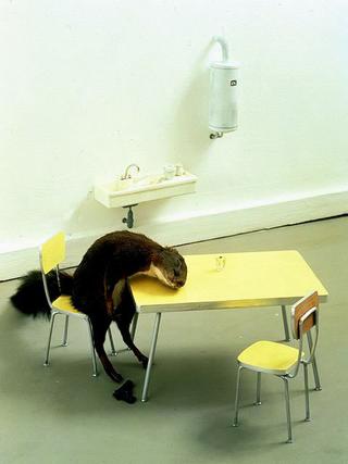 Maurizio Cattelan, Bidibidobidiboo, 1996 Stuffed squirrel, miniature kitchen 20 x 30 x 20 cm Laure Genillard Gallery, London Foto di FDB