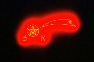 Maurizio Cattelan, Senza titolo (Natale 1995), 1995 (Untitled (Christmas 1995)) Neon 38 x 82 x 1 cm Galerie Daniel Buchholz, Köln Foto di Studio Blu Courtesy:Galleria Massimo De Carlo, Milano