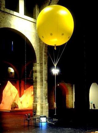 Maurizio Cattelan, La dolce utopia, 1996 (Sweet utopia) Balloon, helium, chandelier 3 m Ø - Traffic , CAPC Musée d'Art Contemporain, Bordeaux