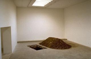 Maurizio Cattelan, Senza titolo, 1997 (Untitled) Hole, earth 200 x 160 x 150 cm Le Consortium, Centre d'Art Contemporain, Dijon Foto di André Morin