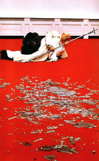 Maurizio Cattelan, La Nona Ora, 1999 (The ninth hour) Moquette, wax, glass resin, glass dimensioni variabili Kunsthalle Basel, Basel Foto di Attilio Maranzano Courtesy:Galerie Emmanuel Perrotin, Paris