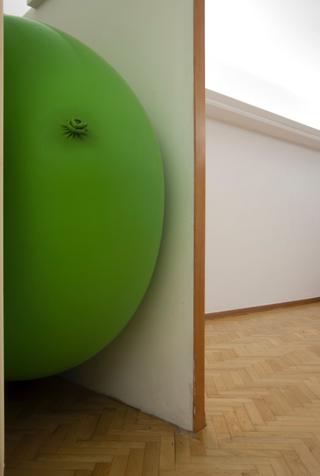 progetto77 e Archivio Viafarini, Daniele Pulze, The very very big green balloon's room, 2015 - latex balloon e comunicati stampa - courtesy l'artista