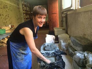 Emma Hart a Viafarini, Emma Hart al laboratorio ceramico durante la residenza a Faenza, settembre 2016. Foto di Alda Bertozzi