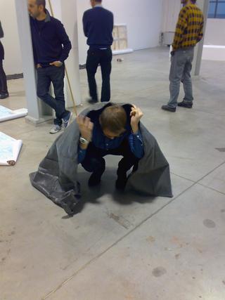 Officine dell'Arte - dai workshop di Stefano Arienti e Italo Zuffi, Prove di allestimento: Gabriele Garavaglia con il suo mantello
