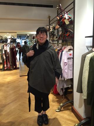 Intercultura - Capitolo 6 Frequentazione dello spazio, Gis Gis e Rauss, Commesso di Vivienne Westwood a Londra prova la mantella disegnata da Canedicoda indossata da Patrizia