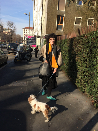 Intercultura - Capitolo 6 Frequentazione dello spazio, Gis Gis e Rauss, Patrizia indossa una delle mantelle di Canedicoda