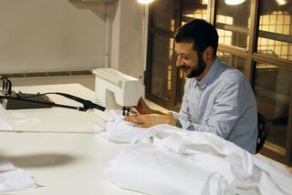 """Workshop e progetto espositivo Academy Awards """"Arti Visive all'Università IUAV di Venezia"""", Graziano Meneghin Piccoli assoli per macchina da cucire a struttura quadrettata performance"""