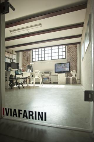 Yoshua Okón, Canned Laughter, Video di Yoshua Okon allestito all'interno dell'ufficio di Viafarini