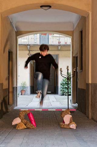 VIR Viafarini-in-residence, Open Studio, Sara Benaglia Capra espiatoria, 2013 peluche, pole Foto di Davide Tremolada