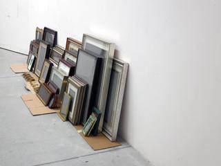 """VIR Viafarini-in-residence, Open Studio """"Ragazze"""", Luca Resta, collezione di cornici con paesaggi e ritratti grigi cornici polvere da sparo."""