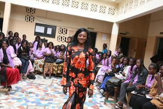 Intercultura - Capitolo 6 Frequentazione dello spazio, Gis Gis e Rauss, Sfilata di Gis Gis all'interno del centro di formazione di taglio-cucito nella periferia di Dakar