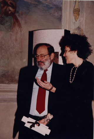 People | Family, Umberto Eco conferisce a Patrizia Brusarosco il Premio Cenacolo Editoria e Innovazione per il database ItalianArea.it, 2000
