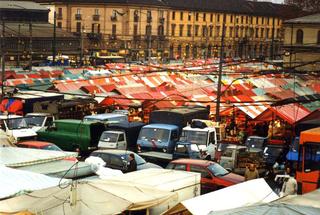 """Vito Acconci. Arte, architettura e design verso lo spazio pubblico - Un confronto con la situazione della Public Art in Italia nel lavoro di 60 artisti italiani. Conferenza di Vito Acconci 14 aprile, ADRIANA TORREGROSSA, ART. 2 , PIAZZA DEL MERCATO DI PORTA PALAZZO, TORINO, 1999.  Per tre anni ho vissuto e lavorato a Casablanca e quest'esperienza è diventata anche il soggetto del mio lavoro. Invitata dal coordinamento a.titolo a realizzare un progetto per Torino, ho ideato Art. 2. Citando l'articolo 2 della Costituzione della Repubblica Italiana - elemento che evidenzia il carattere laico dell'operazione - ho seguito le fasi che hanno portato a trasmettere pubblicamente (secondo la tradizione islamica), sulla piazza del mercato di Porta Palazzo a Torino al tramonto del 17 gennaio 1999, la preghiera della riconciliazione che segna la fine del Ramadan (il mese di digiuno islamico). L'azione ha utilizzato gli strumenti del dialogo e della collaborazione con le persone. In tutte le fasi del progetto, una trattativa che ha coinvolto la sfera religiosa (la Comunità islamica di Torino), politica (l'Assessorato alla Promozione Internazionale della Città di Torino) e pubblica (The Gate, un progetto con finanziamenti della Comunità Europea per la riqualificazione del quartiere), mi sono assunta il ruolo di mediatore per portare a termine una contrattazione che si è svolta da dicembre 1998 a gennaio 1999 attraverso incontri, telefonate, fax e richieste di permesso. Come """"sito"""" specifico è stata individuata la piazza di Porta Palazzo, simbolo dell'immigrazione a Torino e luogo nel quale numerosi musulmani vivono e lavorano. Il progetto dunque si è svolto in un'area urbana oggi attraversata da presenze che ne modificano strutturalmente la fisionomia. L'azione pubblica è nata anche dalla necessità di ripensare la funzione dell'arte. Un progetto che si allontana volutamente dall'autoreferenzialitàdell'ambiente artistico per definire un nuovo rapporto con il contesto sociale e gara"""